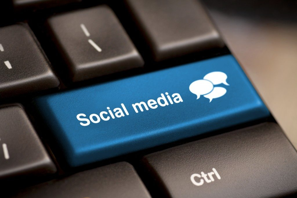 Social Media button on a keyboard with speech bubbles