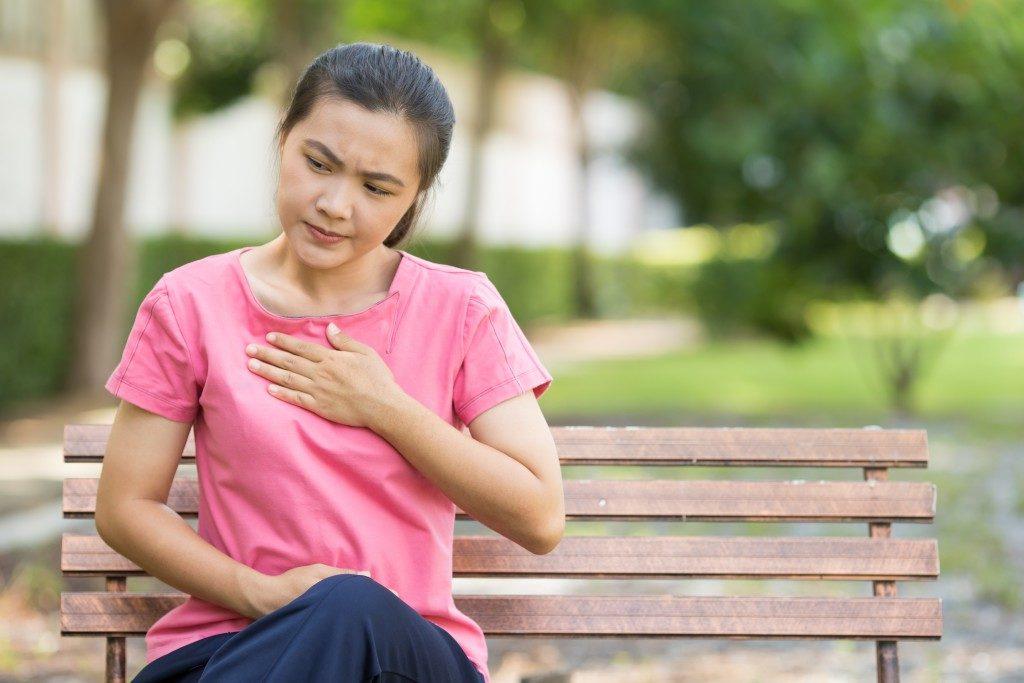 girl having heartburns